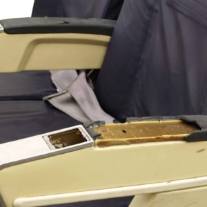 Flugzeugsitz Doppelbank blau Leder gebraucht EconomyClass Armlehne defekt wingdesign.com