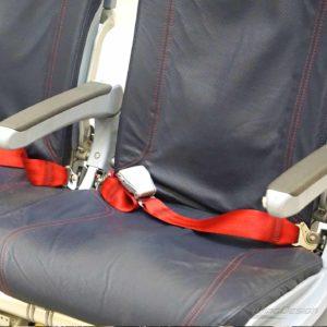 Flugzeugsitz Dreierbank airberlin blau mit rohten Steppnaehten Gurte