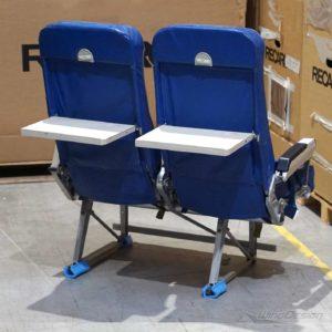 Flugzeugsitz Doppelsitzbank Leder blau Rückseite Tische runtergeklappt